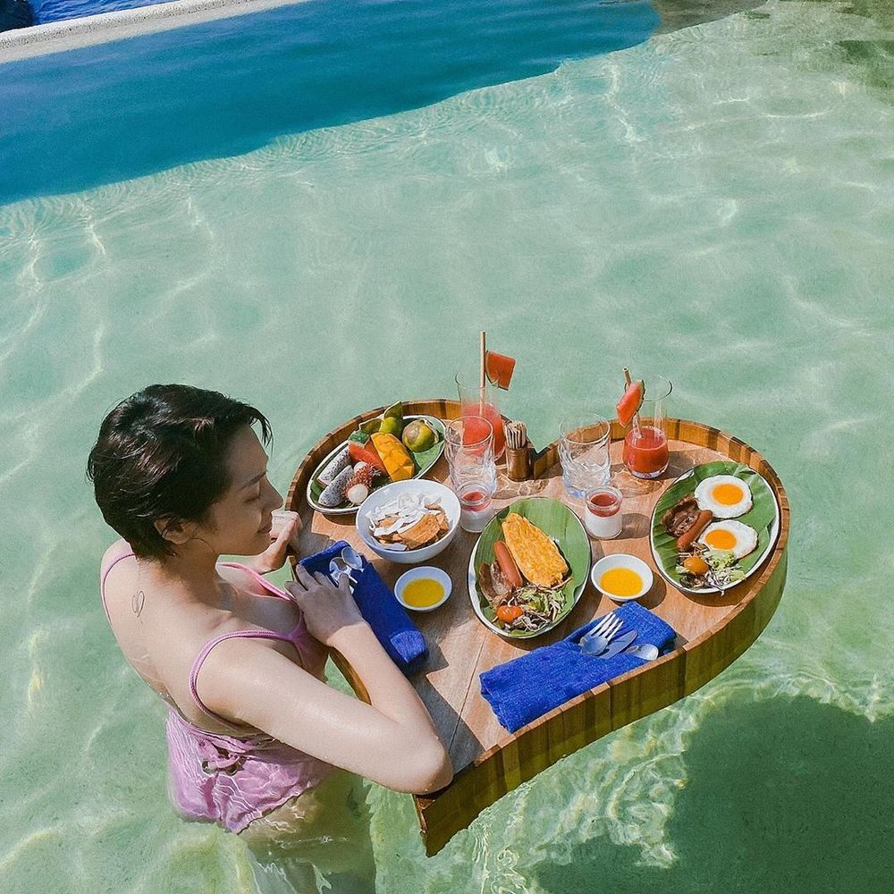 Bảo Anh tiếp tục chia sẻ về thời gian đi du lịch, hôm nay người đẹp chọn bộ bikini màu hồng phấn và bàn ăn màu nổi.