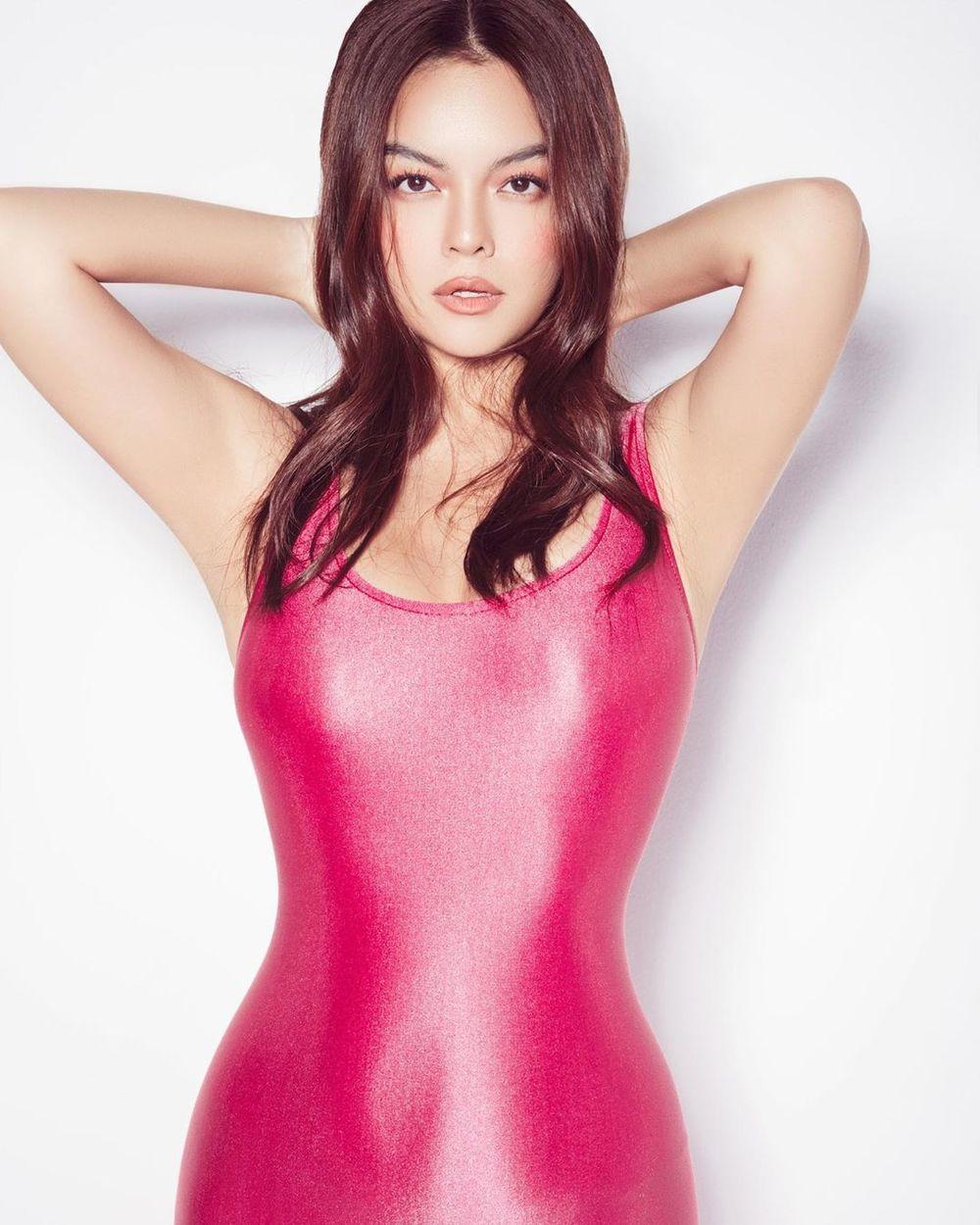 Phạm Quỳnh Anh đăng bộ ảnh mới cô diện bộ bodysuit màu hồng ôm sát cơ thể.