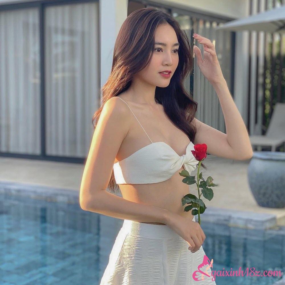 Ninh Dương Lan Ngọc mặc áo 2 mảnh vô cùng xinh xắn