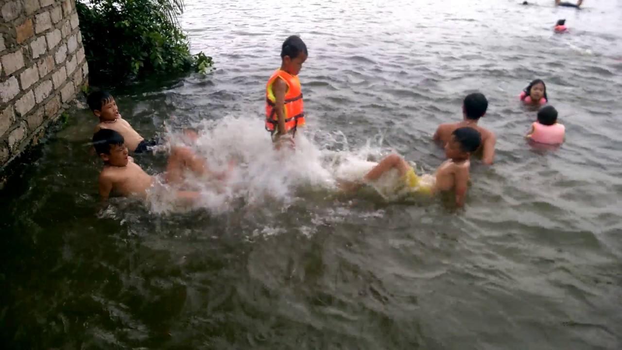Cùng mọi người tắm sông
