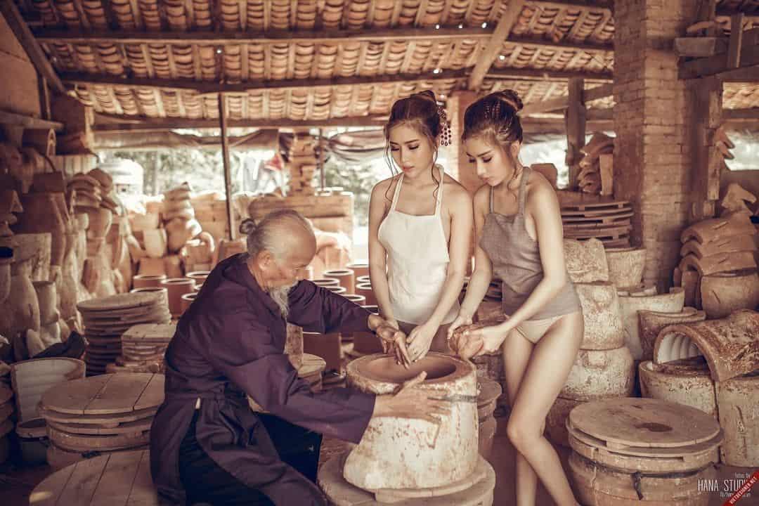 Chùm ảnh hai Thôn nữ ăn mặc thiếu vải tạo dáng cùng cụ già làng gốm