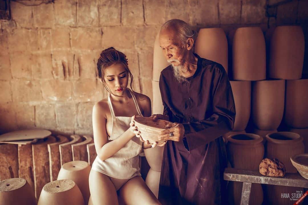 2 Thôn nữ và Lão Hạc trong lò gốm
