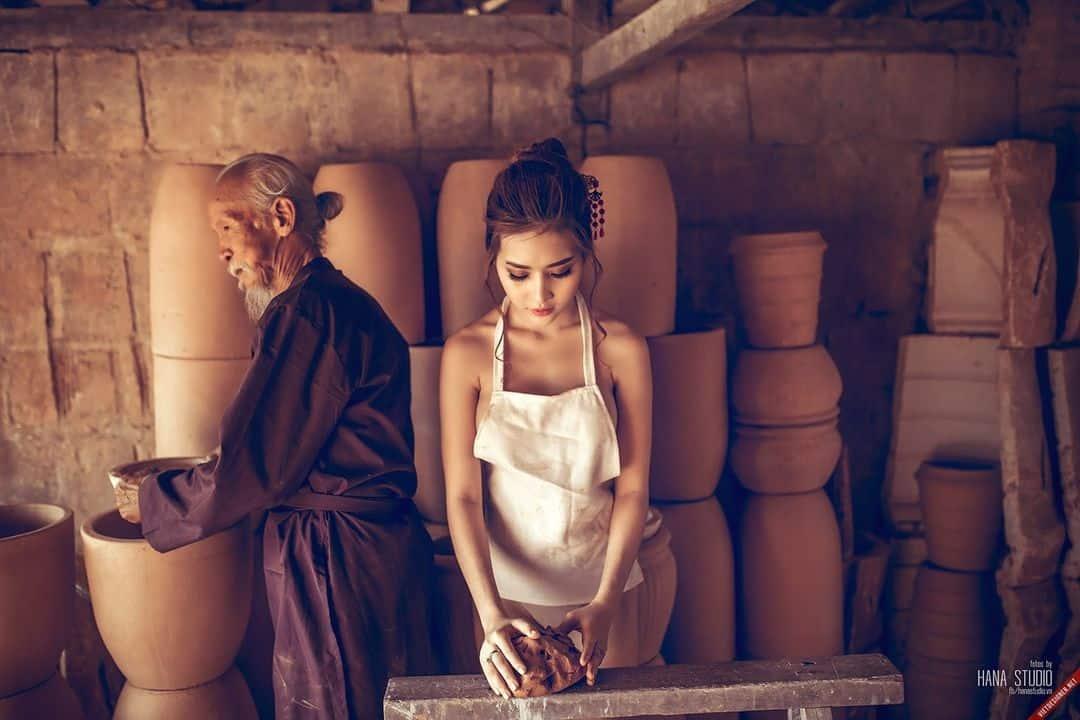 Cô gái và Lão Hạc trong lò gốm