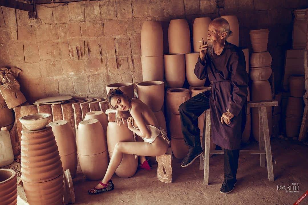 Hình ảnh hai Thôn nữ và một Lão Hạc trong lò gốm