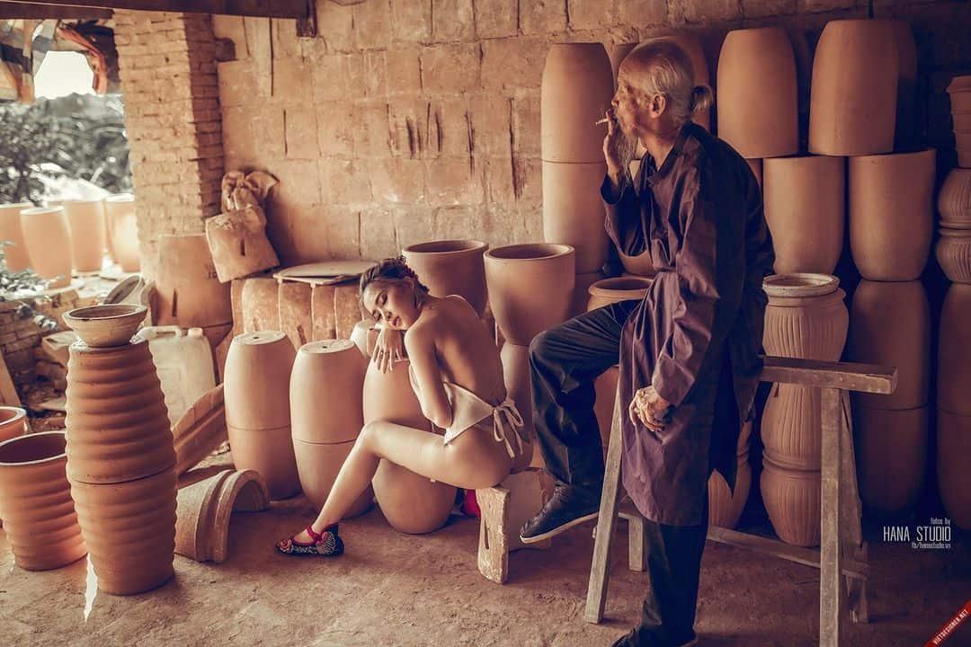 Nhóm ảnh của hai Thôn nữ và một Lão Hạc trên lò gốm