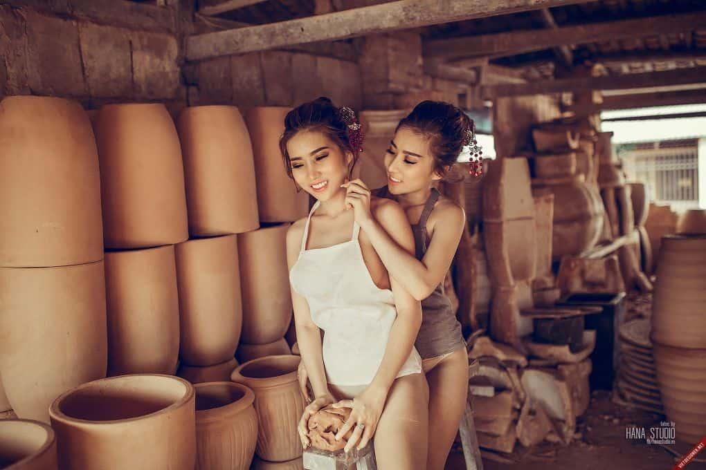 Hai Thôn nữ trong lò gốm