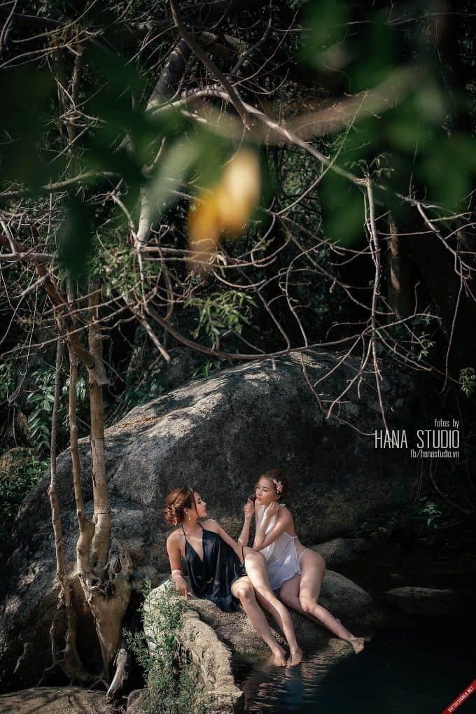 Bộ ảnh hai Thôn nữ và Lão Hạc trong lò gốm
