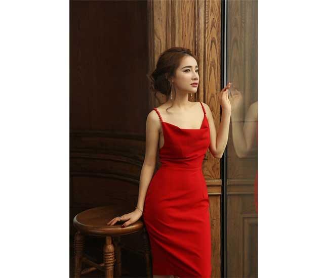 Bà xã Trường Giang sexy hết cỡ với váy 2 dây đỏ
