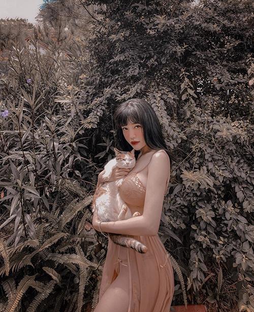Elly Trần chuộng mặc đồ thiếu vải