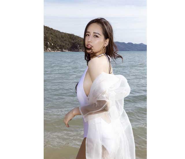 Tượng hoa bằng than của Mai Phương Thúy-Mai Phương Thúy là một phụ nữ xinh đẹp với một bức tượng bán thân lớn