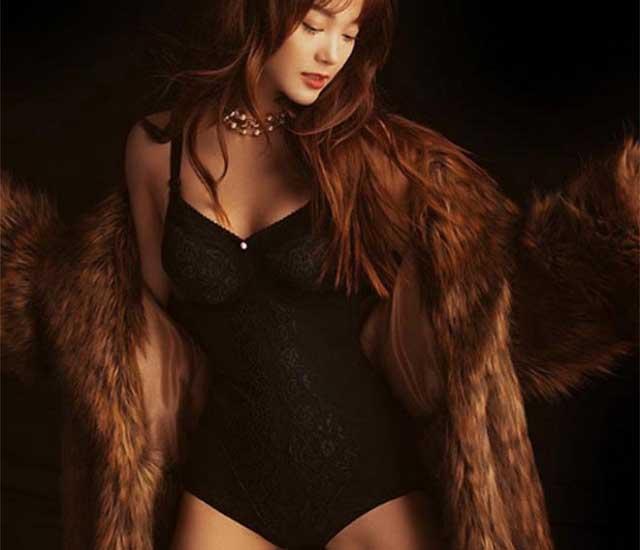 anh nong minh hang - Minh Hằng mặc bikini màu đen cùng chiếc áo khoác lông thú