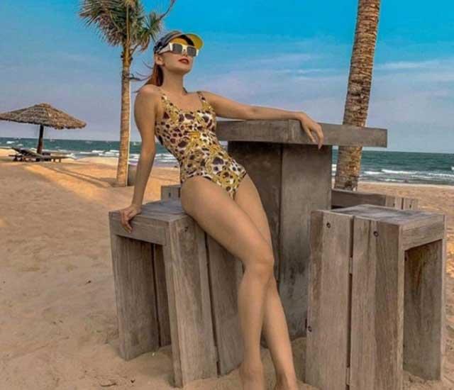 minh hang bikini - Cô chọn mặc áo tắm hàng hiệu liền mảnh kết hợp với phụ kiện kính mắt, mũ đầy thời trang