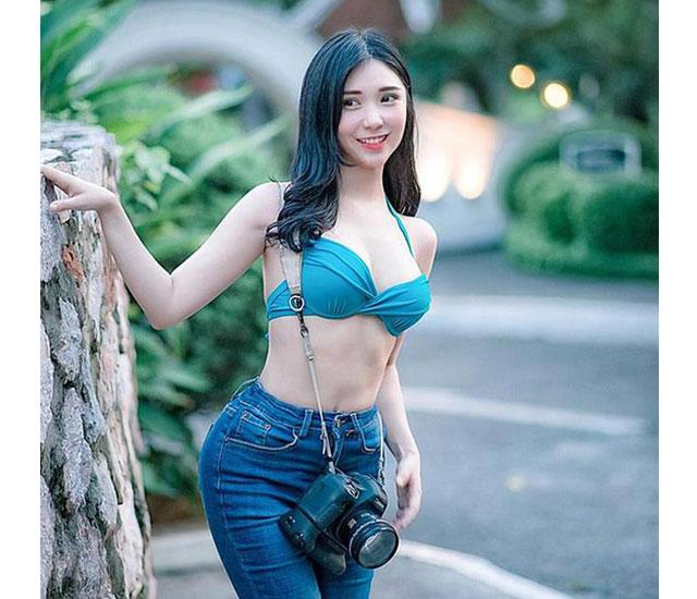 thanh bi lo nguc - Thanh bi với thiết kế bikini màu xanh sẫm khi đi biển