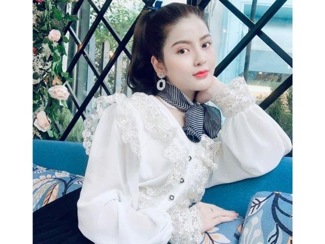 Chu Thanh Huyền <span class='marker'>có</span> vẻ <span class='marker'>bên cạnh</span> xinh đẹp