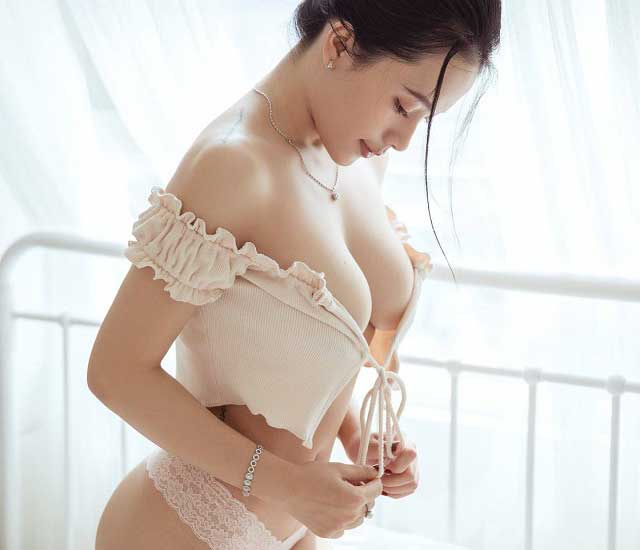 hình nhr nguyen thu thuy - Cặp vú tròn đầy trắng trẻo của Nguyễn Thu Thủy