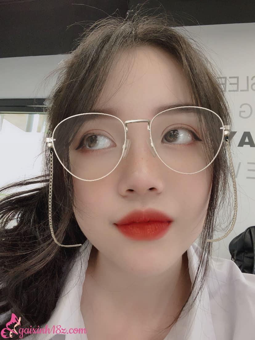 Linh Ngọc Đàm đeo kính dâm