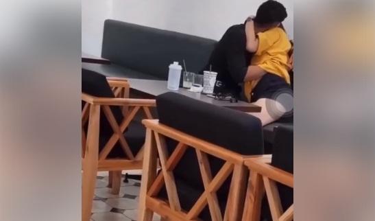 Cặp đôi tình tứ trong quán cà phê