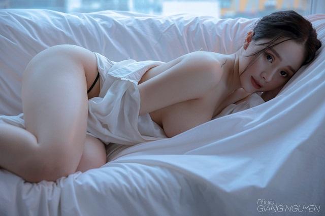 nguyen thi thu thuy nude - Cô mẫu ảnh Thu Thủy sinh năm 2001 gần như nude hoàn toàn để lộ bầu ngực hấp dẫn