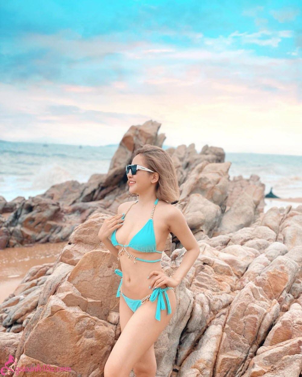 Bikini 2 mảnh bên bờ biển