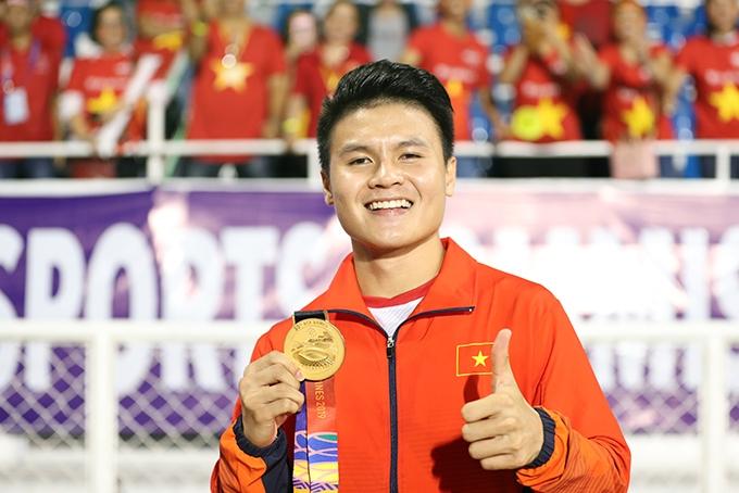 Cầu thủ Nguyễn Quang Hải - Người hùng của bóng đá Việt Nam đá