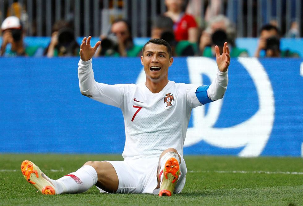 Ronaldo người nhận chiếc cúp của đương kim vô địch Euro