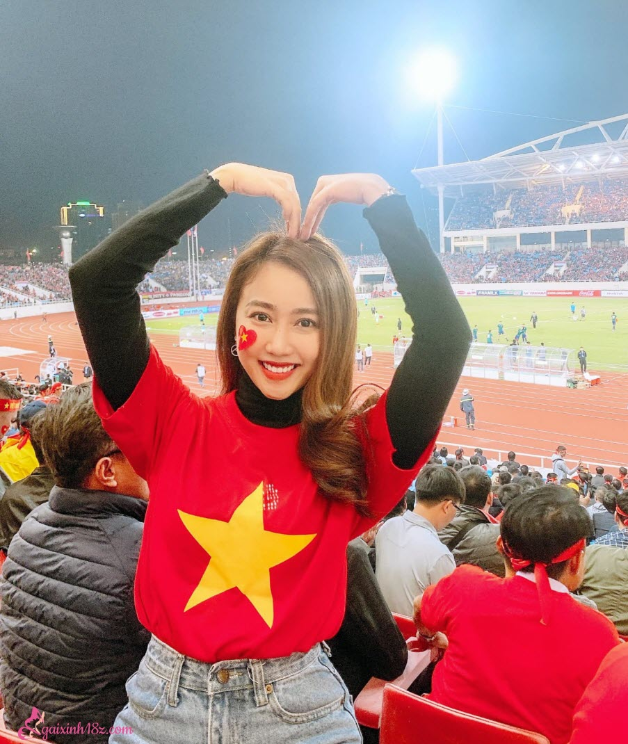 Bạn gái 1 thời của cầu thủ Tiến Linh cổ vũ trên trận đấu có anh ấy