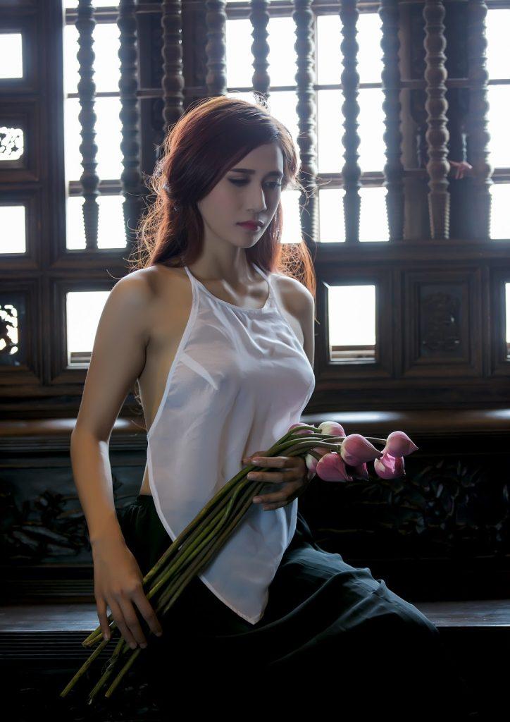 Nàng lang y áo yếm trắng cầm hoa sen